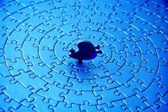 Extracto de rompecabezas azules con el pedazo pasado de pie Fotografía de archivo