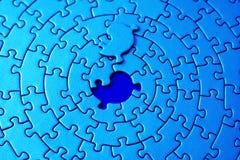 Extracto de rompecabezas azules con el pedazo que falta que pone sobre el espacio Foto de archivo