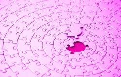 Extracto de rompecabezas rosados con el pedazo que falta que pone sobre el espacio Foto de archivo libre de regalías