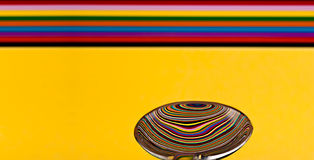 Extracto de una cuchara de sopa que muestra una reflexión de una parte posterior colorida fotos de archivo libres de regalías