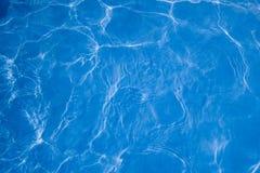 Extracto del agua de la piscina Fotos de archivo libres de regalías