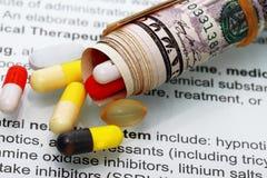 Extracto del dinero de los costes de las medicinas Foto de archivo libre de regalías