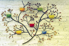 Extracto del modelo y de la vela de aluminio del árbol en la pared blanca en th Imagen de archivo libre de regalías