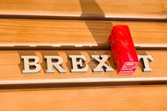 Extracto en letras del vintage, modelo de la palabra de Brexit del juguete del autobús del autobús de dos pisos del fondo Foto de archivo