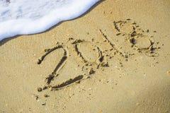Extracto 2018 en un fondo de la arena de la playa Fotos de archivo libres de regalías