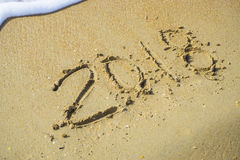 Extracto 2018 en un fondo de la arena de la playa Foto de archivo