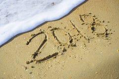 Extracto 2018 en un fondo de la arena de la playa Imagen de archivo libre de regalías
