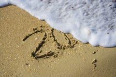 Extracto 2018 en un fondo de la arena de la playa Imagenes de archivo