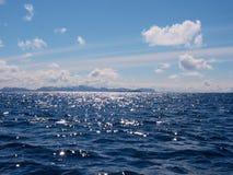 Extracto ligero Riegue las pequeñas ondas que pasan, nivel del agua en sombras coloridas Foto de archivo libre de regalías