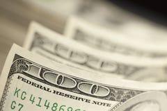 Extracto macro de cientos billetes de dólar Imagen de archivo