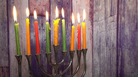 Extracto retro del día de fiesta judío Jánuca con el foco suave selectivo de las luces defocused tradicionales del menorah almacen de metraje de vídeo