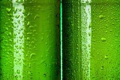 Extracto verde mojado de las botellas de cerveza fotos de archivo libres de regalías