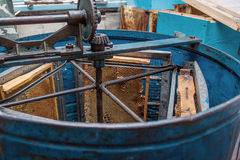 Extractor centrífugo práctico azul con el peine de la miel Imágenes de archivo libres de regalías