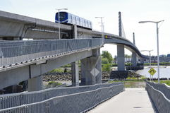 Extradosed桥梁和SkyTrain 免版税库存图片