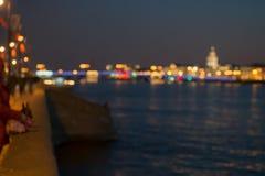 Extrahieren Sie blurried Lichter über dem Nachtstadt-Flusshintergrund Schöner Sonnenuntergang über Neva-Fluss von St Petersburg,  lizenzfreie stockbilder