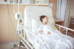 Extrahieren Sie den unscharfen Hintergrund des Kindes zugelassen am Krankenhauszimmer Lizenzfreies Stockbild