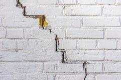 Extrahieren Sie den verwitterten Beschaffenheit befleckten alten hellgrauen Stuck und alterte wei?en Backsteinmauerhintergrund de stockbild