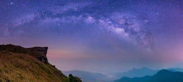 Extrahieren Sie unscharfe Landschaft mit Milchstraßegalaxie nächtlichem Himmel Stockbild