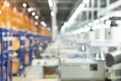 Extrahieren Sie unscharfe Produktionsfabrik, technische Ausrüstung, Hintergrund für Industrie stockbild