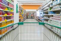 Extrahieren Sie unscharfes Foto des Speichers mit Laufkatze im Kaufhaus Lizenzfreie Stockfotos