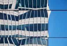 Zusammenfassung verzerrte Reflexionen der Wände in den Fenstern Stockfotos