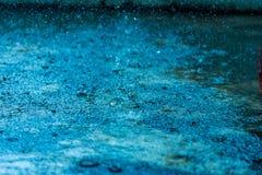 Extrahieren Sie vom Regnen auf Zementboden lizenzfreie stockbilder