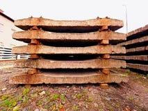 Extrahierte alte Betonschwellen auf Lager Alte rostige benutzte konkrete Eisenbahnschwellen gespeichert Lizenzfreies Stockbild