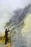 Extraindo o enxôfre dentro da cratera de Kawah Ijen Imagens de Stock