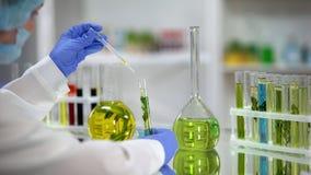 Extrait huileux d'usine d'?goutture de biochimiste de flacon aux ressources naturelles de tube ? essai image libre de droits