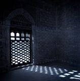 Extraknäcka att komma till och med fönstret av mausoleum o arkivbild