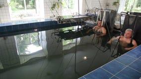 Extraktion av ryggen Pöl med vatten som berikas med radon stock video