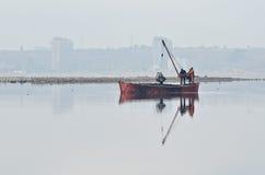 Extraktion av salt på den Kuyalnik breda flodmynningen Royaltyfria Foton