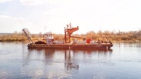 Extraktion des Bauflusssandes unter Verwendung eines speziellen Schiffbaggers, industriell, System stockbild