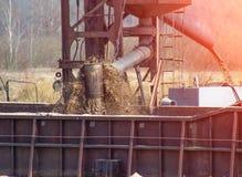 Extraktion des Bauflusssandes unter Verwendung eines speziellen Schiffbaggers, industriell, System lizenzfreie stockfotos