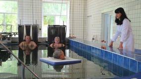 Extraktion des Dorns Pool mit Wasser angereichert mit Radon stock footage