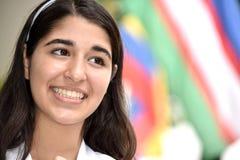 Extranjero adolescente sonriente de la muchacha Imagen de archivo
