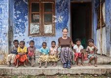 Extranjero con los niños indios Imagenes de archivo