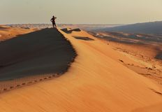 Extranjero en la duna de arena fotos de archivo