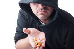 Extranjero que da píldoras Imagenes de archivo