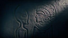 Extranjero y hombre azteca que tallan en templo antiguo almacen de metraje de vídeo