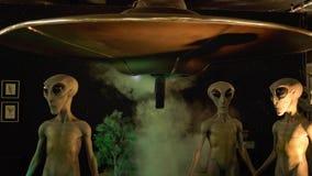 Extranjeros y nave espacial en el museo internacional y Researc del UFO Imágenes de archivo libres de regalías