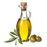 Extraolivenölflasche und grüne Oliven auf weißem Hintergrund Stockfotografie