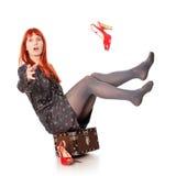 Extravagante Frau mit dem Koffer-Fallen Stockfoto