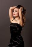 Extravagante jonge vrouw met opgeheven handen royalty-vrije stock fotografie
