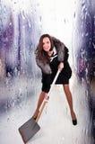 Extravagante vrouw in een halve boord met een schop voor sneeuwverwijdering op een abstracte achtergrond stock foto's