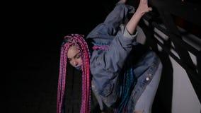 Extravagantes Mädchen tanzt draußen stock footage