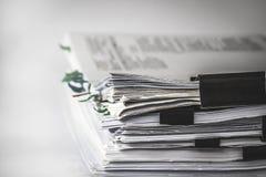 Extreamely закройте вверх по штабелировать отчета бумажный деятельности офиса стоковая фотография