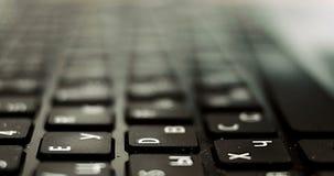 Extreem close-up van menselijke handen die op laptop toetsenbord met Latijnse en cyrillische symbolen typen, selectieve nadruk, o stock videobeelden