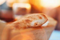 Extreem Close-up van Oven Baked Homemade Traditional Bread in het Houten Mand Baden in Zonlicht tijdens Zonsondergang Stock Foto's