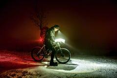 Extreem de winter mtb ras Fietsermens met de verblijven van de de winterfiets in sneeuw stock foto's